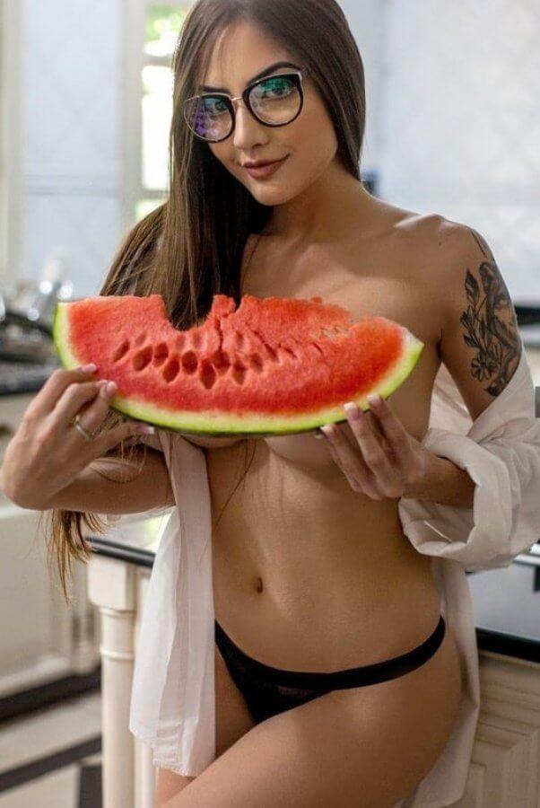 Aline Faria Nua comendo melancia