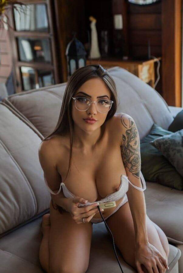 Aline Faria fazendo biquinho e mostrando o peito