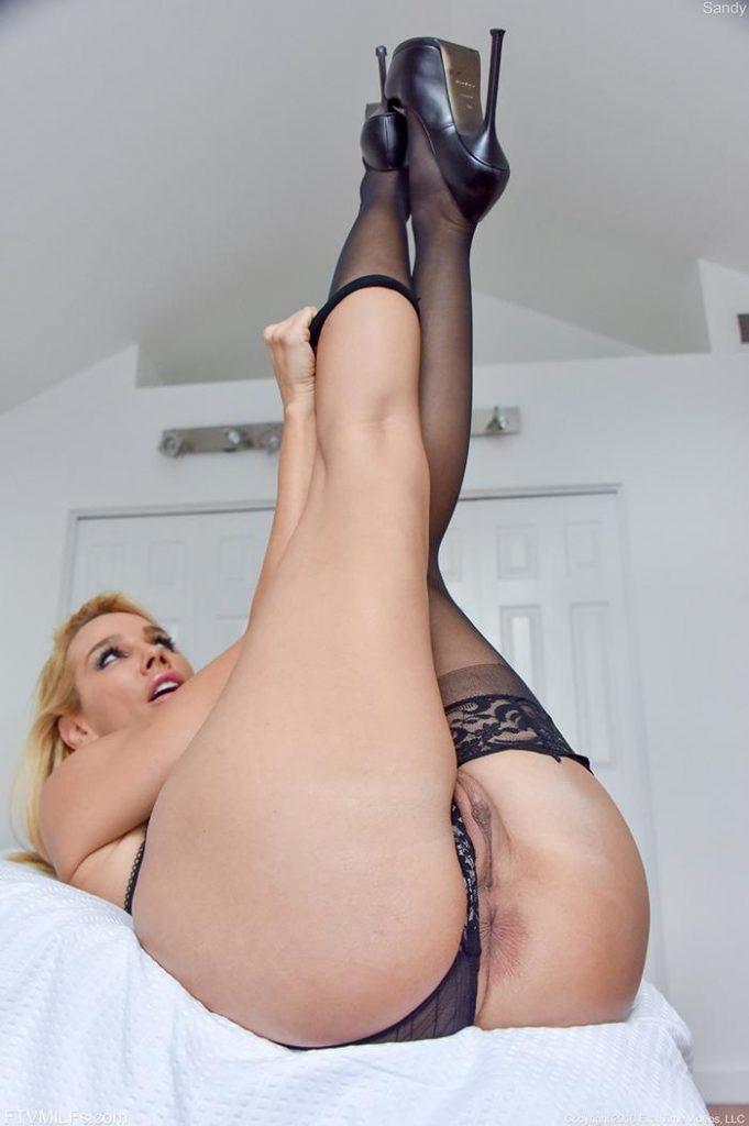 Mulher pelada com as pernas para cima mostrando a buceta